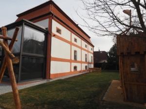 Pronájem stylového historického objektu pro firemní sídlo i bydlení, Praha 10-Koloděje